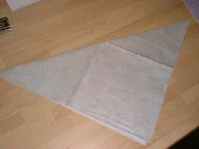 plier la serviette en deux pour former un triangle
