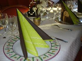 pyramide bicolore dresser la table. Black Bedroom Furniture Sets. Home Design Ideas