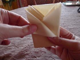 et finir par les extrémités en repliant pour former un triangle