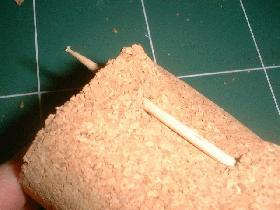 puis passer un cure dent en bois dans les trous