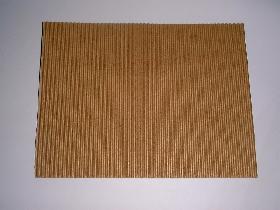 découper un rectangle de 15cm sur 20cm dans de la carte ondulée ( ton marron selon choix )