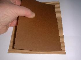 encoller cette feuille canson sur la carte ondulée à 1,5cm des bords