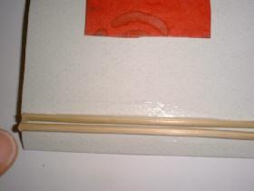placer les brochettes sur le bord gauche de la carte. les maintenir avec une pointe de colle au dessous