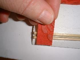 découper un petit rectangle (1cm x 2cm) et coller pour fixer les brochettes