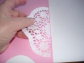 coller les 2 morceaux de dentelle de papier sur le bristol