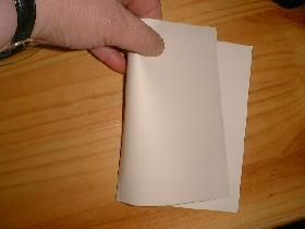 découper la feuille blanche en 2</p> <p>plier en 2
