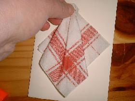 coller la pointe de la serviette  en prenant soin de laisser un espace en haut de la feuille