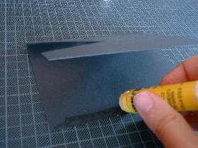 encoller les bords de la carte pour créer une pochette dans laquelle vous pourrez glisser la carte blanche