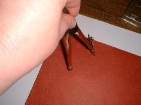 tracer un cercle de 5 cm de rayon sur le bristol rouge