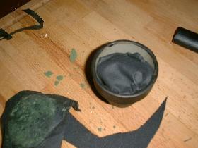 découper un morceau de mousse et l'envelopper dans un quart de serviette noire