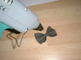 encoller les farfalles (ici au pistolet à colle )