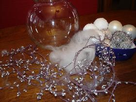 voici le matériel: des boules blanches de tailles et textures différentes, des boules argentées, un bocal à poissons, de la laine mèche ( ou de la ouate )