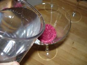 verser de l'eau aux 3/4 du verre