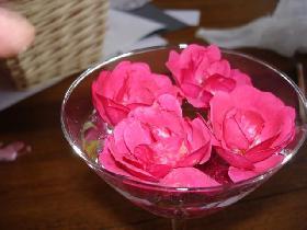disposer les roses en leur laissant 1cm de tige pour qu'elles restent en surface