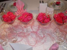 aligner les verres au centre de la table et entourer les de sisal rose