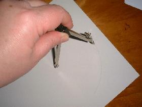 tracer un cercle de 8cm de rayon sur une feuille de bristol blanc