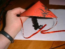 agrafer un ruban rouge de 23cm de chaque coté