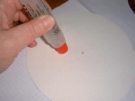 encoller la surface du bristol et superposer l'autre partie