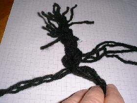 faire une tresse avec 9 ou 12 brins de laine de 30cm