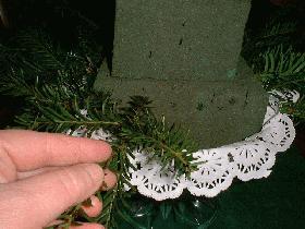 piquer les petites branches de sapin sur le pourtour du premier carré