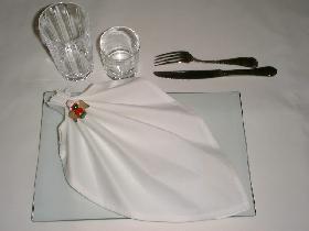 réaliser le pliage de la serviette en Aile d'Ange et répartir sur l' assiette.<br /> Disposer les verres et les couverts au dessus de l'assiette