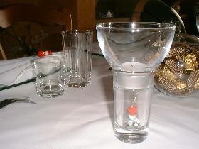 Dans les photophores, déposer une figurine en bois et recouvrir de la bougie chauffe-plat (photophores cristallerie d'Arc)