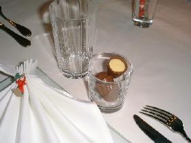 déposer des chocolats dans les petits verres et réserver les plus grands pour les différentes boissons
