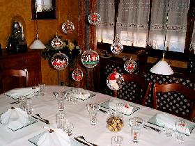 suspendre le mobile de Noël constitué de boules transparentes.  Il ne reste plus qu'à allumer les bougies...