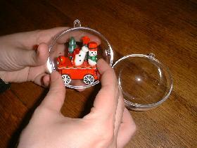 ouvrir la boule transparente et la remplir avec les différentes figurines (ou peluches selon vos envies...)