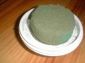 découper la mousse florale en cylindre et la placer sur un plat rond