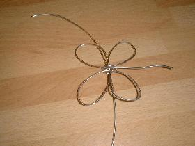 couper un morceau de fil supplémentaire et le glisser entre les ailes