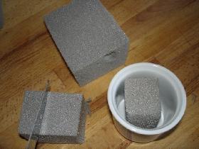 découper des petits carrés de mousse florale <p>en remplir les pots