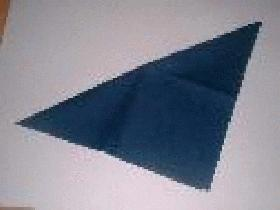 Prendre une serviette carrée et la plier en 2 selon la diagonale