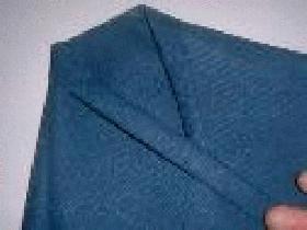 replier le tout et rabattre chaque extrémité vers le sommet du triangle pour former la chemise
