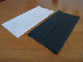 pliage de serviette en étoile bicolore - étape 1