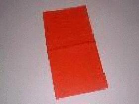 Prendre une serviette carrée et la plier en 2 pour obtenir un long rectangle