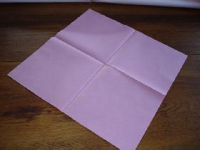 placer la serviette en diagonale devant vous