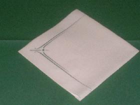 Prendre une serviette carrée et la laisser pliée en quatre