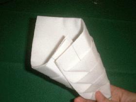 prendre une extrémité et la placer sous l'autre afin de constitué un chausson