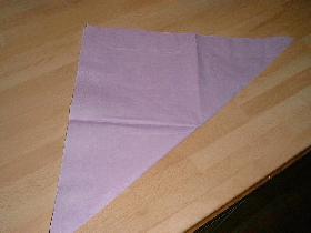 plier la serviette en 2 afin d'obtenir un triangle