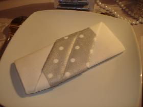 pliage-serviette-blanc-et-argent
