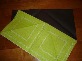 plier chacun des carrés en 2 et poser les rectangles obtenus l'un sur l'autre avec le plis vers le haut