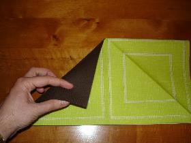 replier le coin en haut à gauche sur l'autre serviette