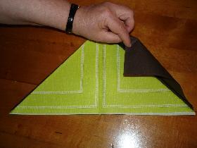 puis on rabat le coin enhaut à droite sur l'autre serviette