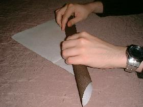 rouler la serviette en faisant une bande de 3 à 4 centimètres