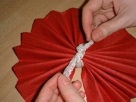 et faire un noeud avec la dentelle