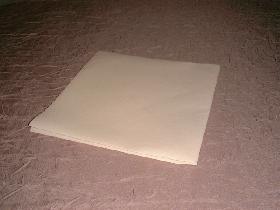 prendre une serviette carrée pliée en 4, ouverture vers le haut