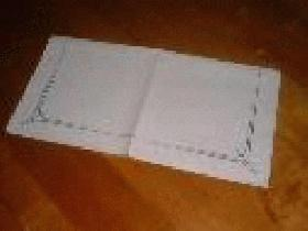 prendre une serviette carrée et la plier en deux pour avoir un rectangle