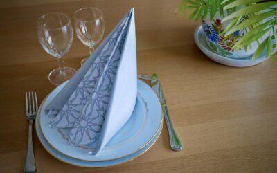 Pliage de serviette bicolore Pyramide