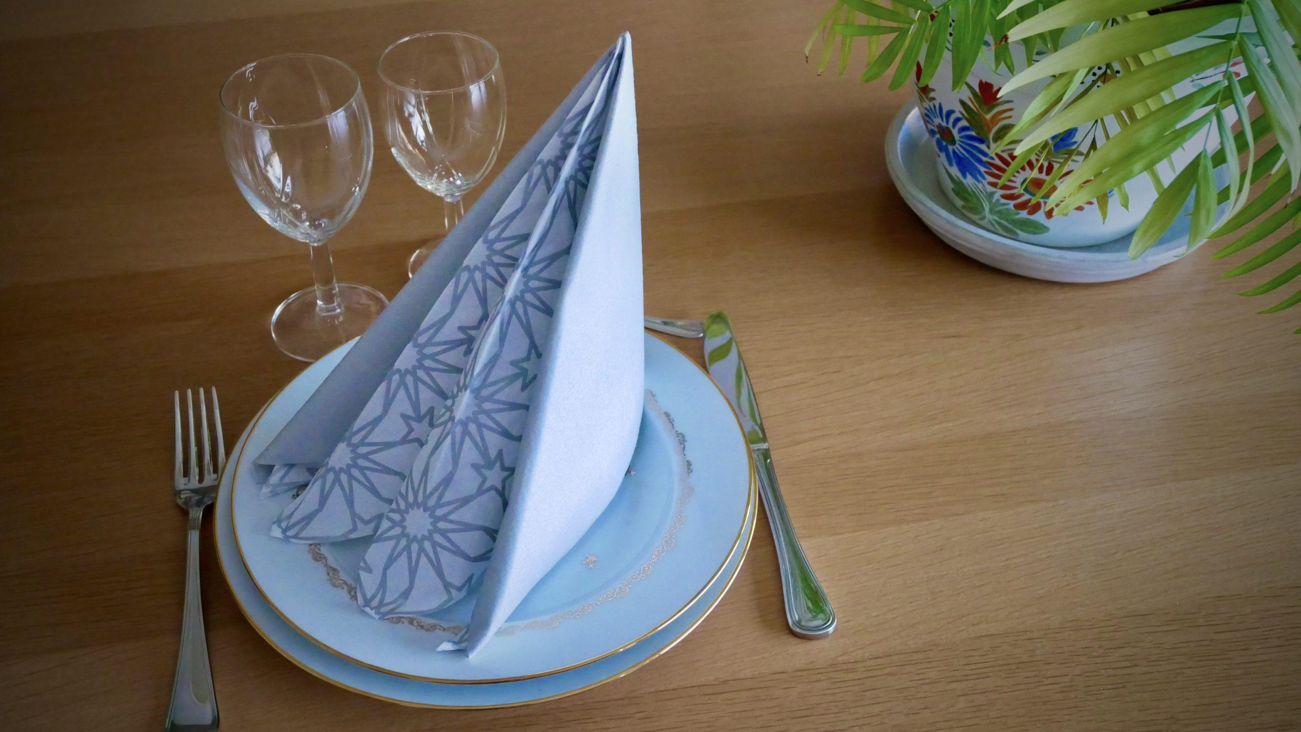 pliage de serviette bicolore en forme de pyramide